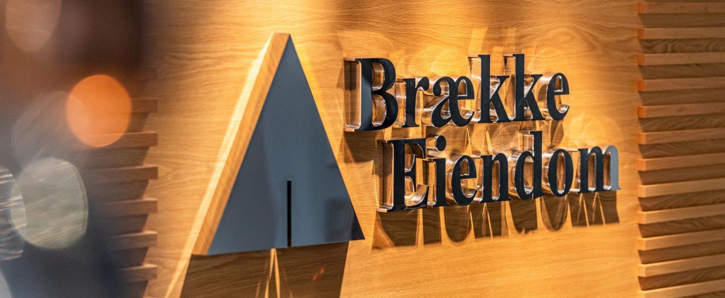 Logo på Brække Eiendom sine kontorer
